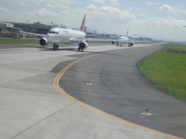 フィリピンニノイ・アキノ国際空港の出国税550ペソ2014年